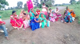 Internet saathi of Keolari block giving training of smart phone to rural women